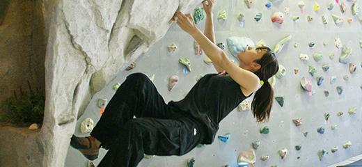 壁を登る女